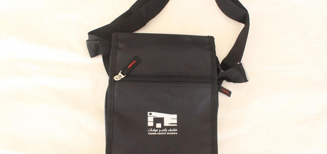 حقيبة مع شعار المتحف