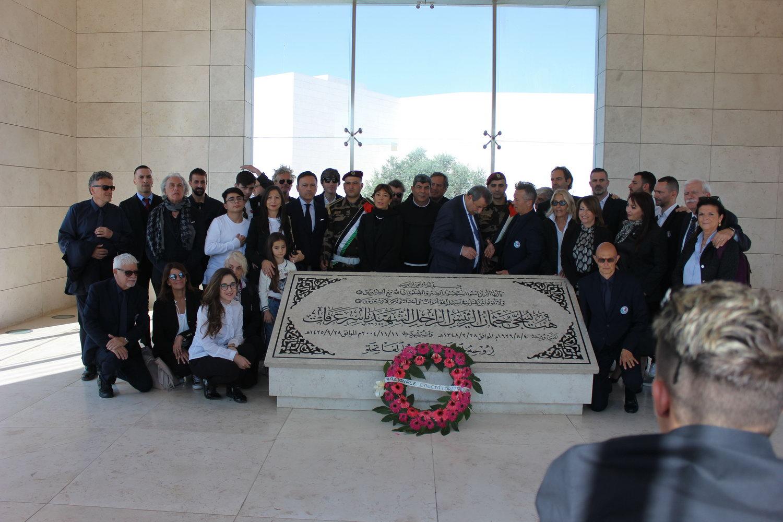وفد ايطالي يضع اكليل زهور على ضريح الرئيس ياسر عرفات ويزور متحفه